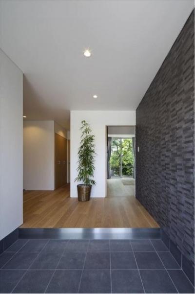 開放的な玄関ホール (『A1-House』シンプルモダンなバリアフリー住宅)