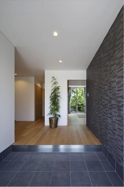 『A1-House』シンプルモダンなバリアフリー住宅の部屋 開放的な玄関ホール