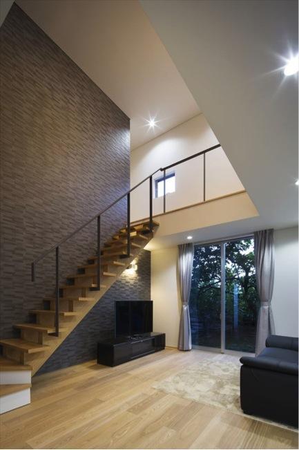 『A1-House』シンプルモダンなバリアフリー住宅の部屋 吹き抜けのリビング