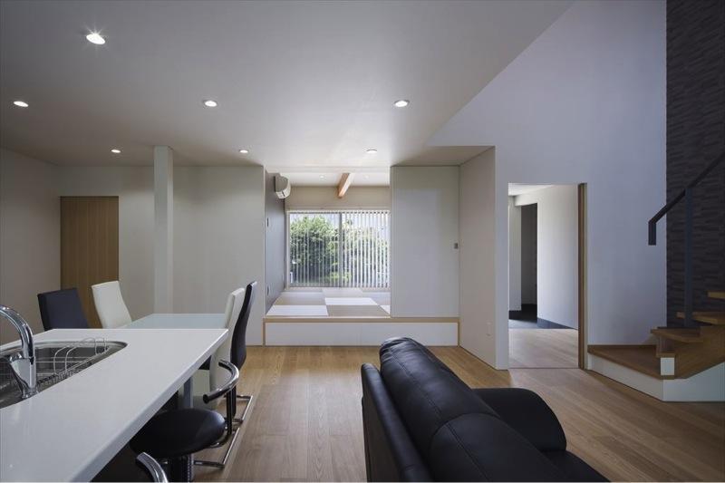 『A1-House』シンプルモダンなバリアフリー住宅の部屋 小上がりの和室があるLDK