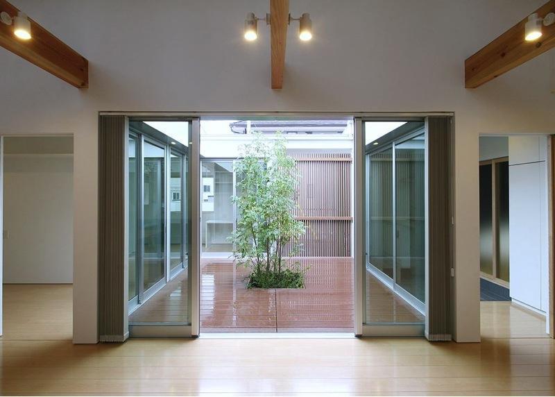『A1-House』シンプルモダンなバリアフリー住宅の部屋 シンボルツリーの緑が映える中庭