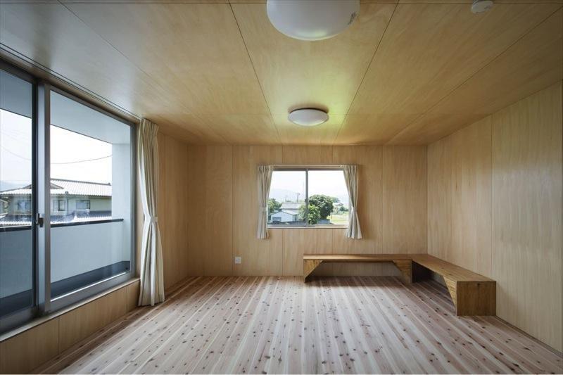 『A1-House』シンプルモダンなバリアフリー住宅の部屋 木に囲まれた洋室