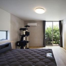 シンプルなベッドルーム (『A1-House』シンプルモダンなバリアフリー住宅)