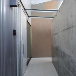 ガラス屋根の玄関ポーチ