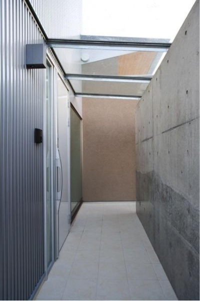ガラス屋根の玄関ポーチ (『K3-House』ペットと共に生き生きと暮らす住まい)