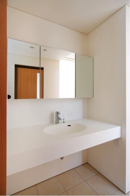『K3-House』ペットと共に生き生きと暮らす住まいの部屋 シンプルな洗面所