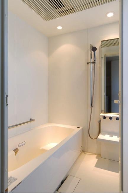 『K3-House』ペットと共に生き生きと暮らす住まいの写真 白で統一された浴室