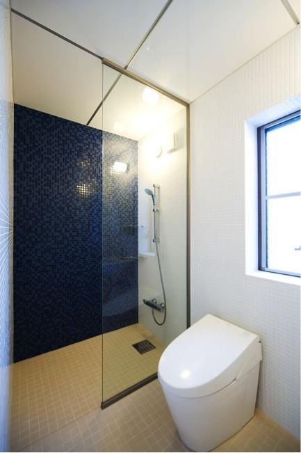 『K3-House』ペットと共に生き生きと暮らす住まいの写真 シャワーブース・トイレ