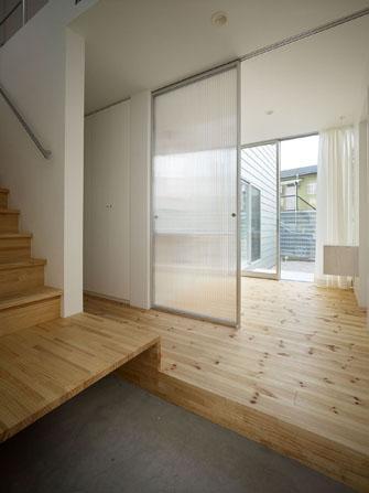 『PALLET』生活動線が家族のコミュニケーションを生み出す家の部屋 明るい玄関ホール