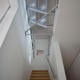 『PALLET』生活動線が家族のコミュニケーションを生み出す家 (階段上部を見上げる)