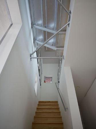 『PALLET』生活動線が家族のコミュニケーションを生み出す家の部屋 階段上部を見上げる