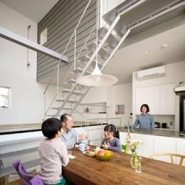 『PALLET』生活動線が家族のコミュニケーションを生み出す家 (吹き抜けのダイニングキッチン)