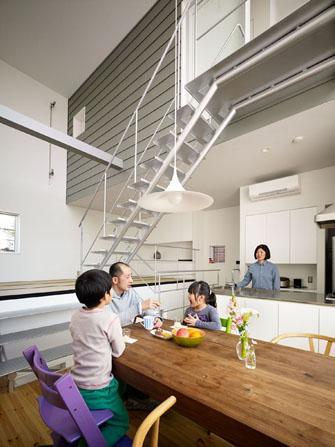 『PALLET』生活動線が家族のコミュニケーションを生み出す家の部屋 吹き抜けのダイニングキッチン
