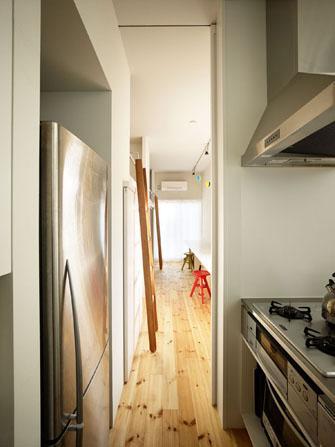 『PALLET』生活動線が家族のコミュニケーションを生み出す家の部屋 キッチン・奥は子供達のワークカウンター
