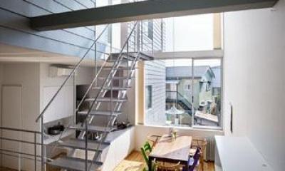 ガラス張り窓より光が降り注ぐLDK|『PALLET』生活動線が家族のコミュニケーションを生み出す家