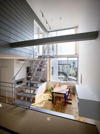 『PALLET』生活動線が家族のコミュニケーションを生み出す家の部屋 ガラス張り窓より光が降り注ぐLDK