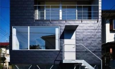 『VVV(フェーフェーフェー)』シンプルモダンな二世帯住宅 (黒い外観)