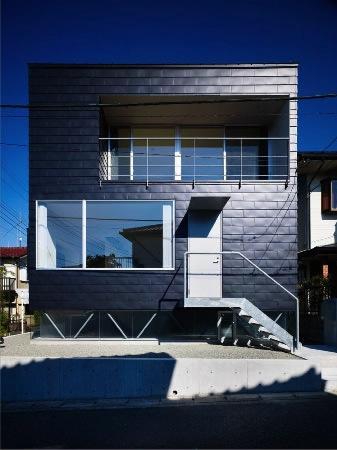 『VVV(フェーフェーフェー)』シンプルモダンな二世帯住宅の部屋 黒い外観