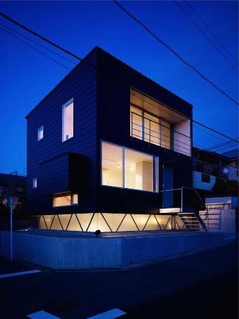 『VVV(フェーフェーフェー)』シンプルモダンな二世帯住宅の部屋 外観夜景