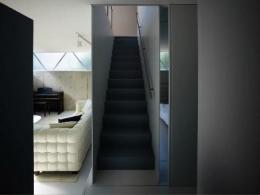 『VVV(フェーフェーフェー)』シンプルモダンな二世帯住宅 (1階に上がる階段)
