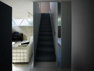 1階に上がる階段 (『VVV(フェーフェーフェー)』シンプルモダンな二世帯住宅)