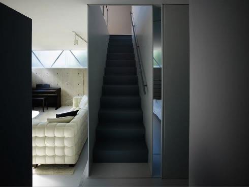 『VVV(フェーフェーフェー)』シンプルモダンな二世帯住宅の写真 1階に上がる階段