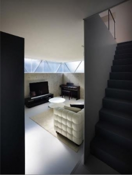 『VVV(フェーフェーフェー)』シンプルモダンな二世帯住宅 (玄関よりリビングを見る)
