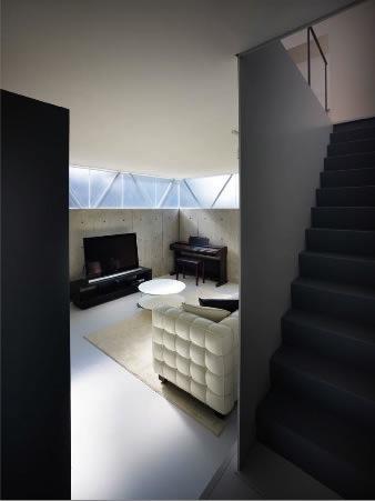 『VVV(フェーフェーフェー)』シンプルモダンな二世帯住宅の部屋 玄関よりリビングを見る