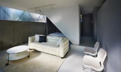 『VVV(フェーフェーフェー)』シンプルモダンな二世帯住宅 (光の差し込む半地下リビング)