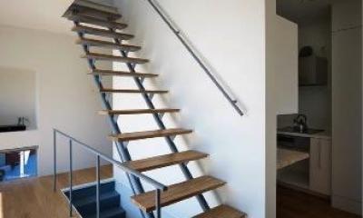 2階に上がるスケルトン階段|『VVV(フェーフェーフェー)』シンプルモダンな二世帯住宅