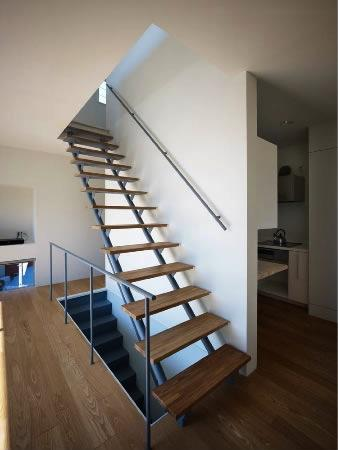 『VVV(フェーフェーフェー)』シンプルモダンな二世帯住宅の写真 2階に上がるスケルトン階段