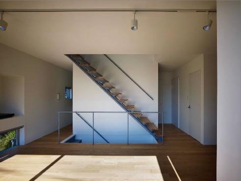 『VVV(フェーフェーフェー)』シンプルモダンな二世帯住宅の部屋 リビングより階段を見る