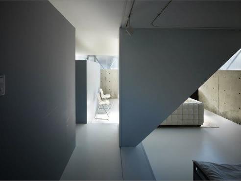 『VVV(フェーフェーフェー)』シンプルモダンな二世帯住宅の部屋 半地下ベッドルームよりリビングを見る