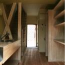 キッチンより玄関を見る