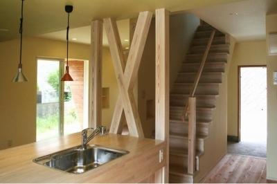 キッチン・階段 (『イシブロノイエ』木に囲まれた落ち着いた空間)