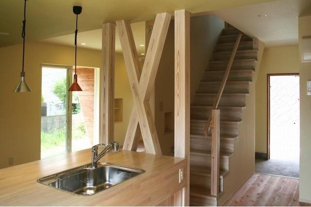 『イシブロノイエ』木に囲まれた落ち着いた空間の写真 キッチン・階段