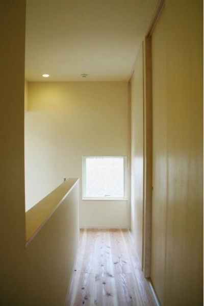 明るい2階廊下 (『イシブロノイエ』木に囲まれた落ち着いた空間)