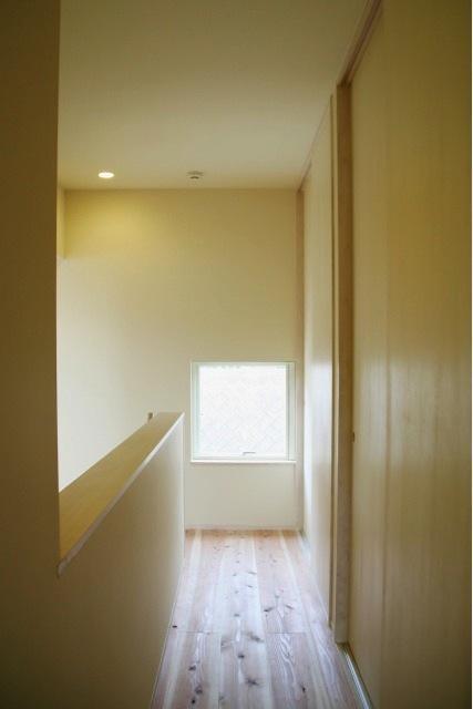 『イシブロノイエ』木に囲まれた落ち着いた空間の写真 明るい2階廊下