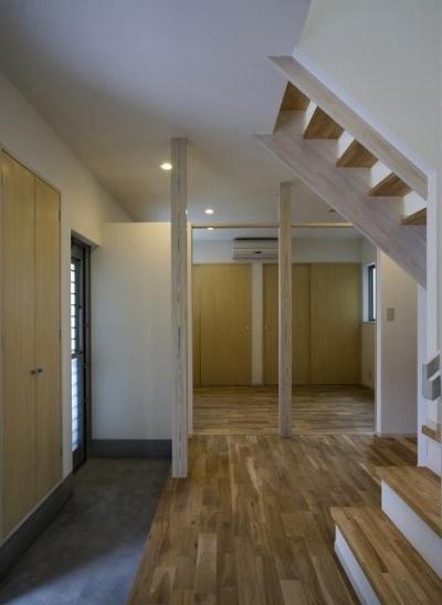 開放的な玄関ホール (『タカハマノイエ』落ち着きのある心地いい住まい)
