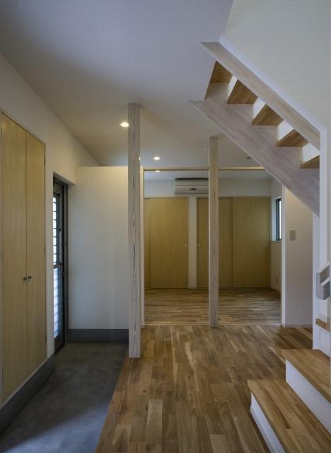 『タカハマノイエ』落ち着きのある心地いい住まいの部屋 開放的な玄関ホール