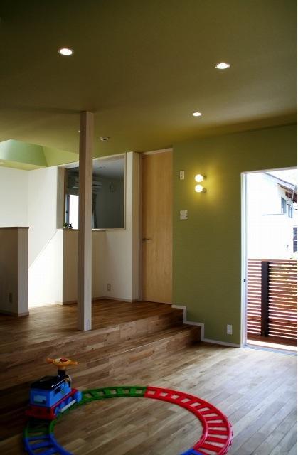 『タカハマノイエ』落ち着きのある心地いい住まいの写真 薄いモスグリーンの壁・天井