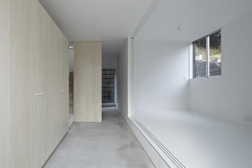 『あざみ野の家』家族を緩やかにつなぐシンプルモダンな住まいの部屋 収納たっぷりの玄関土間