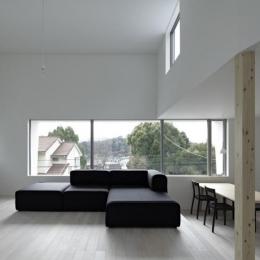 『あざみ野の家』家族を緩やかにつなぐシンプルモダンな住まい (天井高3.8mの大空間リビング)