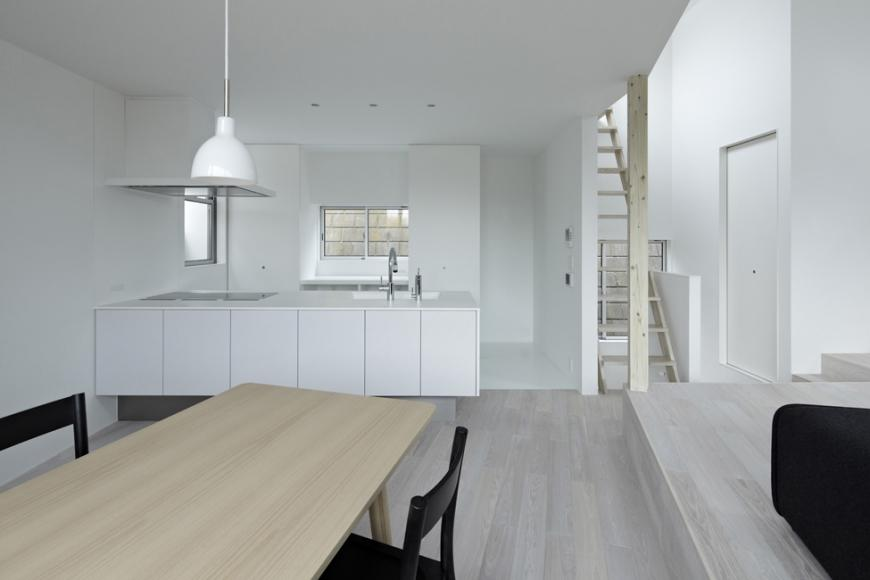 『あざみ野の家』家族を緩やかにつなぐシンプルモダンな住まいの部屋 ダイニングよりキッチンを見る
