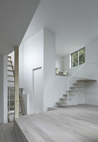 『あざみ野の家』家族を緩やかにつなぐシンプルモダンな住まいの部屋 リビングより書斎を見る
