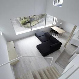 『あざみ野の家』家族を緩やかにつなぐシンプルモダンな住まい-書斎よりLDKを見下ろす