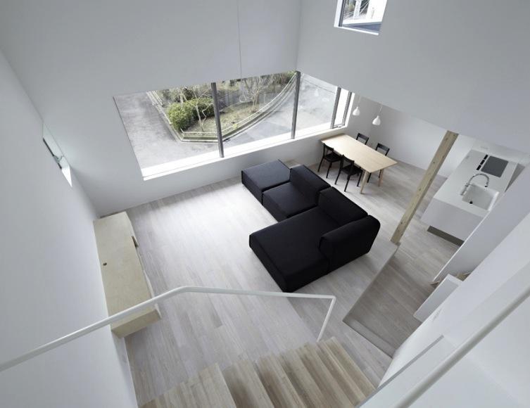 『あざみ野の家』家族を緩やかにつなぐシンプルモダンな住まいの部屋 書斎よりLDKを見下ろす