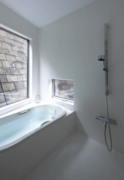『あざみ野の家』家族を緩やかにつなぐシンプルモダンな住まいの部屋 光を取り込むバスルーム