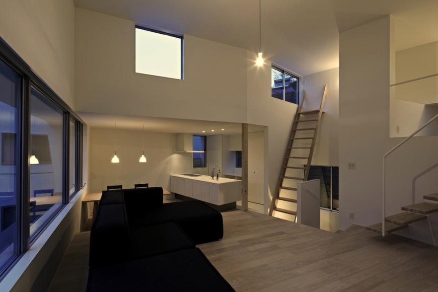 『あざみ野の家』家族を緩やかにつなぐシンプルモダンな住まいの部屋 ワンルーム構成のLDK-夕景
