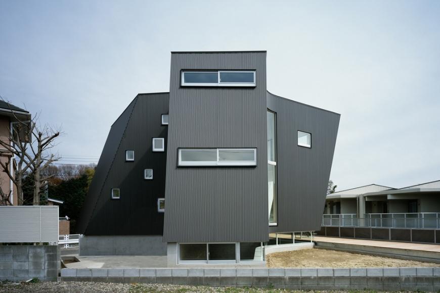 『三叉の家』生活スタイルに合った多彩な暮らしを演出する住まいの部屋 ユニークな外観